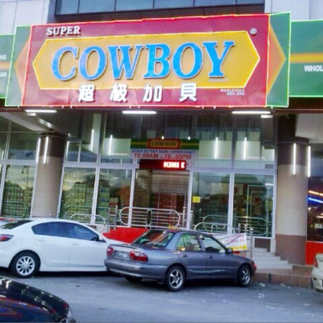 Kedai Ini Besar Ada Pelbagai Barang Terdapat Di Sini Dari Peralatan Untuk Berniaga Seperti Payung Periuk Troli Pinggan Mangkuk