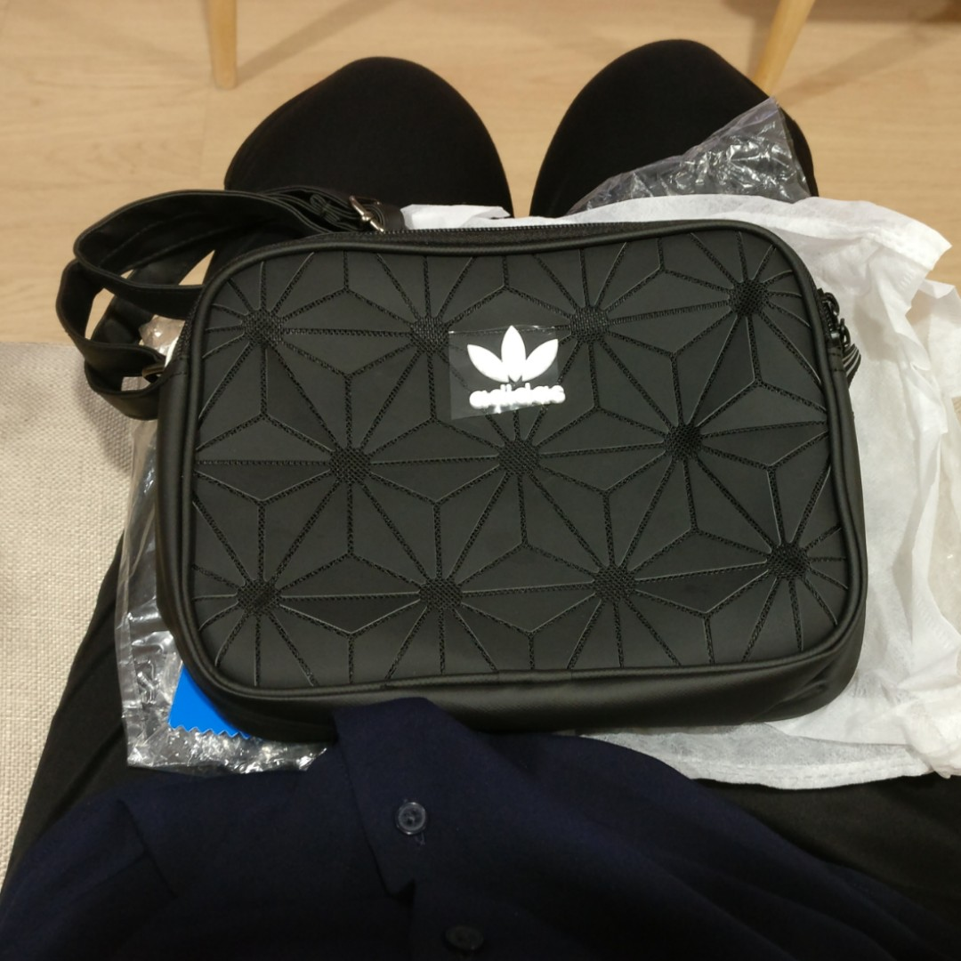 HEHEHE! i thought he bought some fake fr taobao but it s actually fr  Hongkong and it s legit with the receipt attached! So excited lei!!! 9267929206f8e
