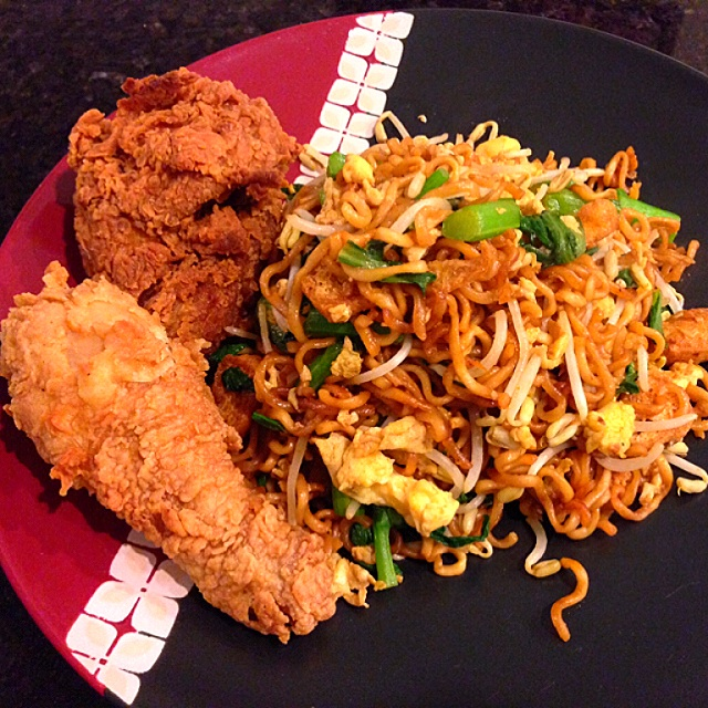 goreng, stir fry instant noodles, is widely available at mamak (Indian ...